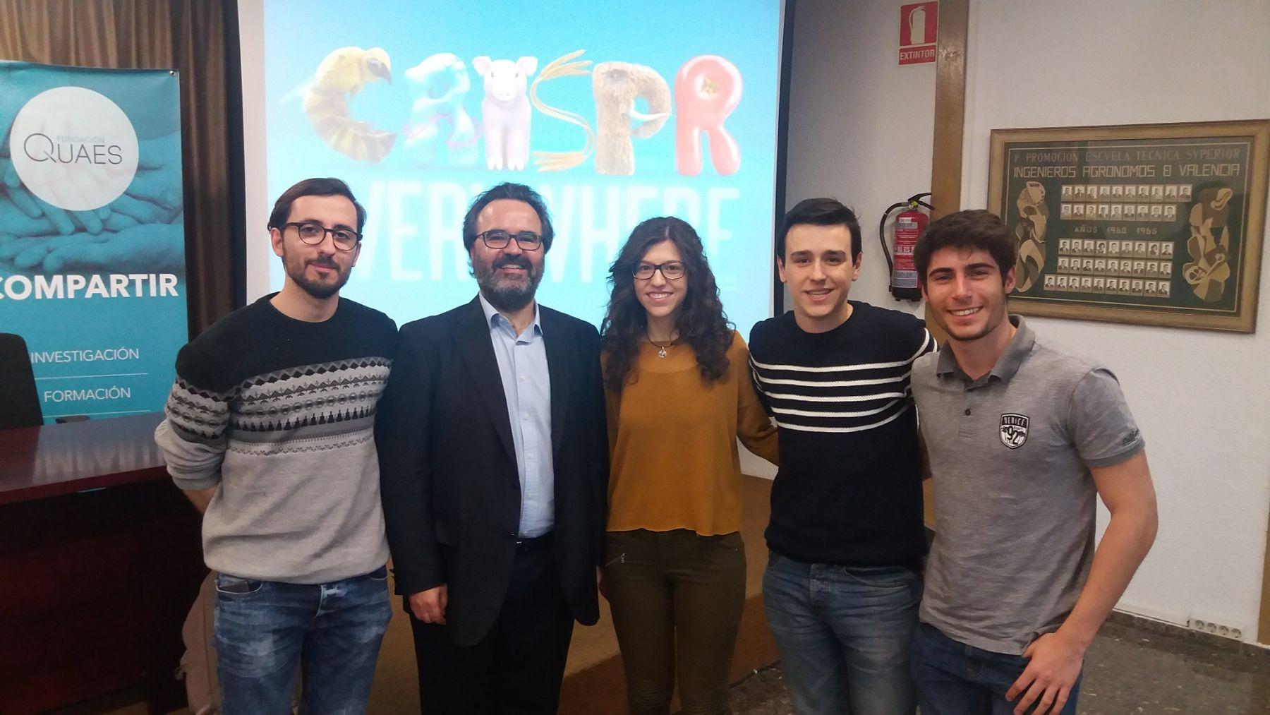 Eñl Dr. Lluis Montoliu con los chavales del Hype IT que ganaron un premio en el MIT
