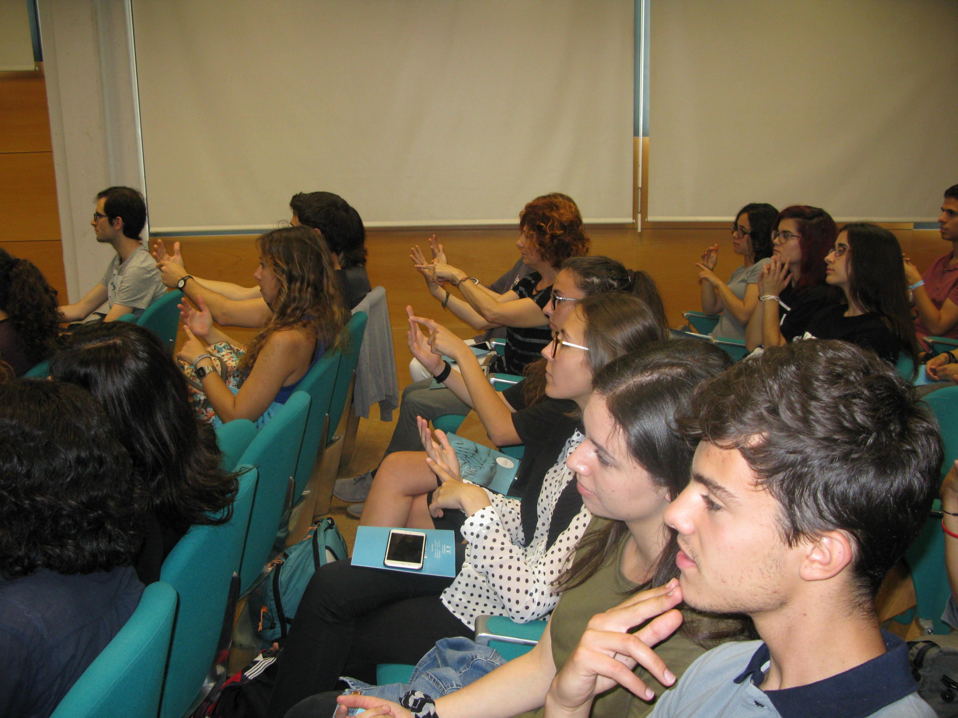 Los asistentes a la ponencia interactuando con el Dr. Martínez Otero